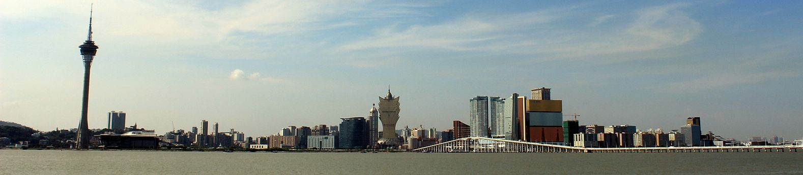 https://upload.wikimedia.org/wikipedia/commons/thumb/6/6c/Macau_skyline_2013_%28panorama%29.JPG/1578px-Macau_skyline_2013_%28panorama%29.JPG