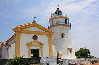 https://upload.wikimedia.org/wikipedia/commons/thumb/1/19/Macau_-_Fortaleza_de_Guia.JPG/320px-Macau_-_Fortaleza_de_Guia.JPG