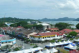 https://upload.wikimedia.org/wikipedia/commons/thumb/d/df/Pulau_Langkawi_-_Kuah_town.JPG/320px-Pulau_Langkawi_-_Kuah_town.JPG