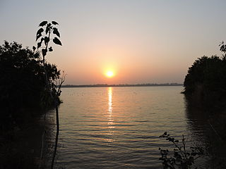 https://upload.wikimedia.org/wikipedia/commons/thumb/4/41/Sunset_view_at_Sukhna_Lake_%2CChandigarh_%2C_India.JPG/320px-Sunset_view_at_Sukhna_Lake_%2CChandigarh_%2C_India.JPG