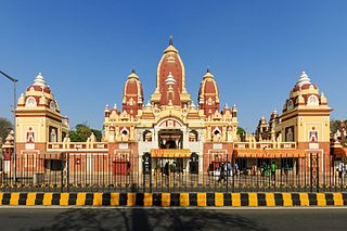 https://upload.wikimedia.org/wikipedia/commons/thumb/3/37/Laxminarayan_Temple_in_New_Delhi_03-2016.jpg/320px-Laxminarayan_Temple_in_New_Delhi_03-2016.jpg