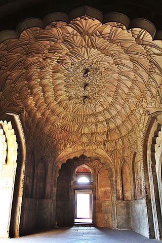 https://upload.wikimedia.org/wikipedia/commons/thumb/7/79/Interiors%2C_Safdarjung%27s_Tomb_-_1.jpg/320px-Interiors%2C_Safdarjung%27s_Tomb_-_1.jpg
