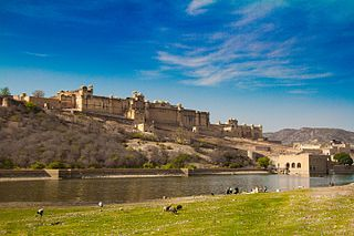 https://upload.wikimedia.org/wikipedia/commons/thumb/1/13/Amber_palace%2C_Jaipur.jpg/320px-Amber_palace%2C_Jaipur.jpg
