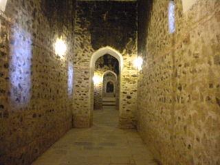 https://upload.wikimedia.org/wikipedia/commons/thumb/5/59/Amber_Fort_-_Tunnel_-_Inside_1.jpg/320px-Amber_Fort_-_Tunnel_-_Inside_1.jpg