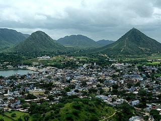 https://upload.wikimedia.org/wikipedia/commons/thumb/7/7f/Hills_around_Pushkar%2C_turn_green_during_the_Monsoon.jpg/320px-Hills_around_Pushkar%2C_turn_green_during_the_Monsoon.jpg